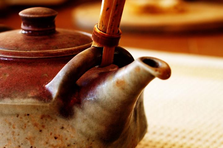 čajová konvice s bambusovým uchem